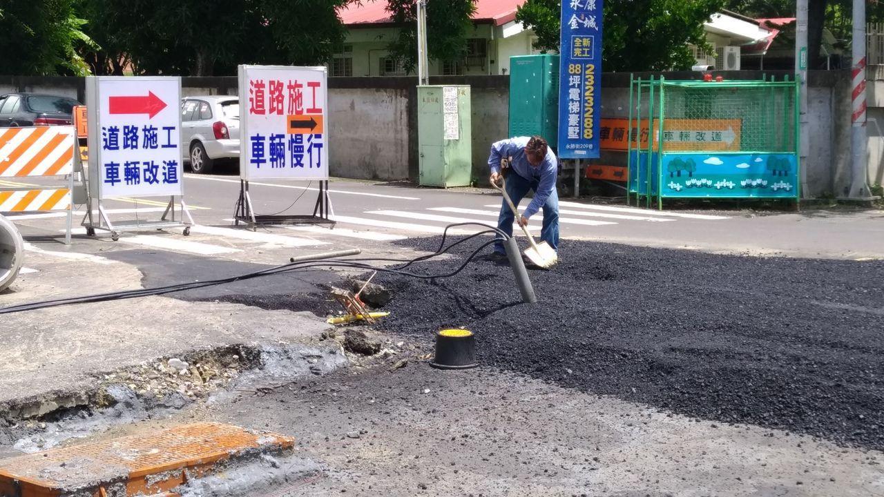 永康路面開挖意外挖斷地下天然氣管線。圖/消防局提供