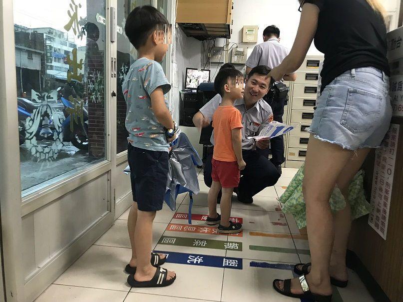 一名媽媽帶著兩名稚子到警局送「賀卡」,貼心舉動讓員警感到十分窩心。記者徐白櫻/翻...