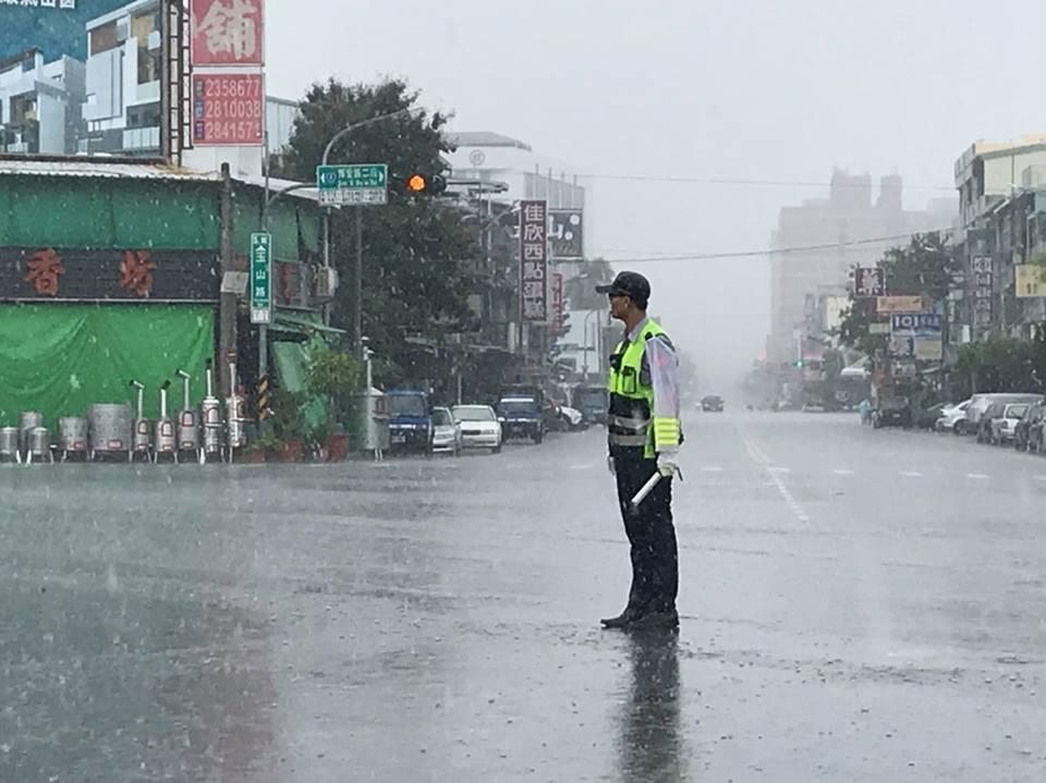 嘉義市議員王美惠臉書分享照片,警察在雨中值勤。圖/取自王美惠臉書
