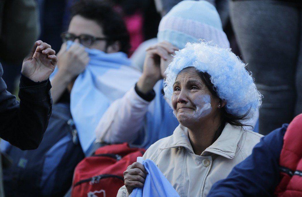 阿根廷第1場和冰島踢平,第2場又遭克羅埃西亞3:0血洗,讓不少球迷崩潰痛哭。 美...