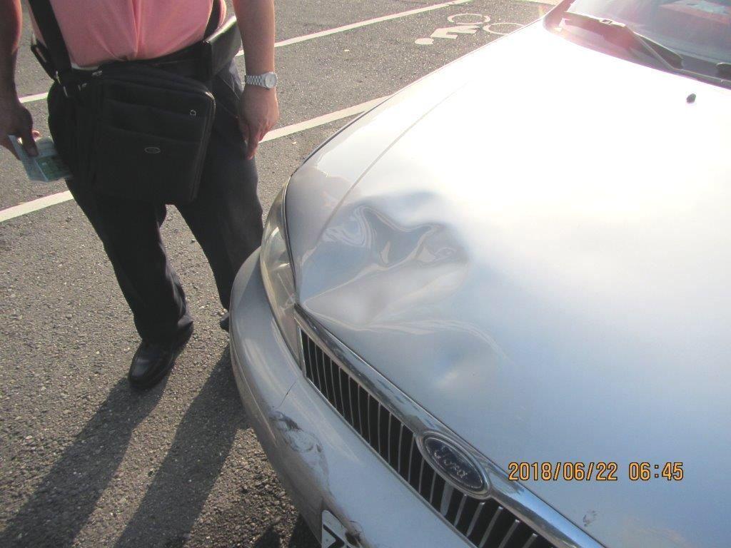 在醫院前撞上住院病患的轎車車頭凹陷。記者林保光/翻攝