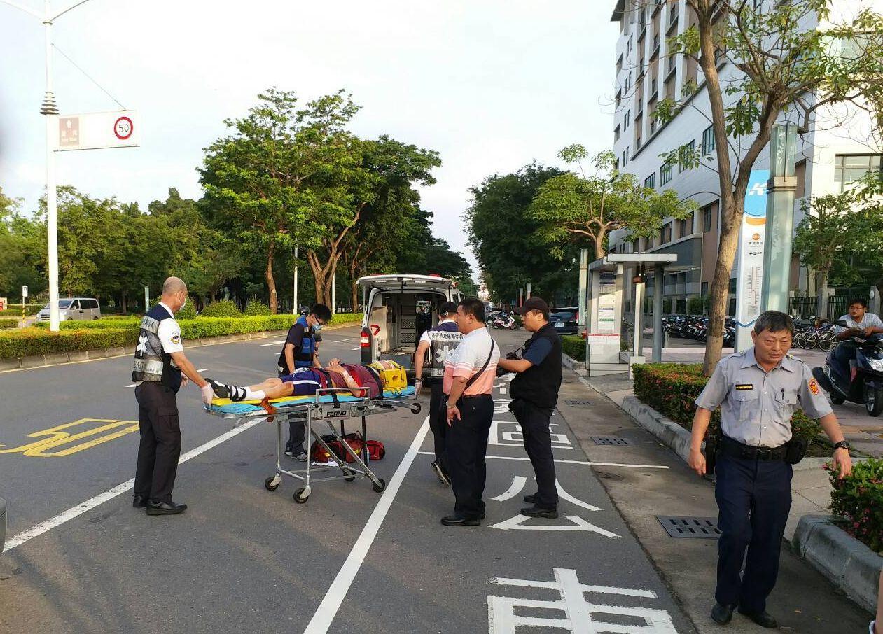 因病住院的黃姓男子在醫院前出車禍,頭部受傷,救護人員正要將他送醫。記者林保光/翻...