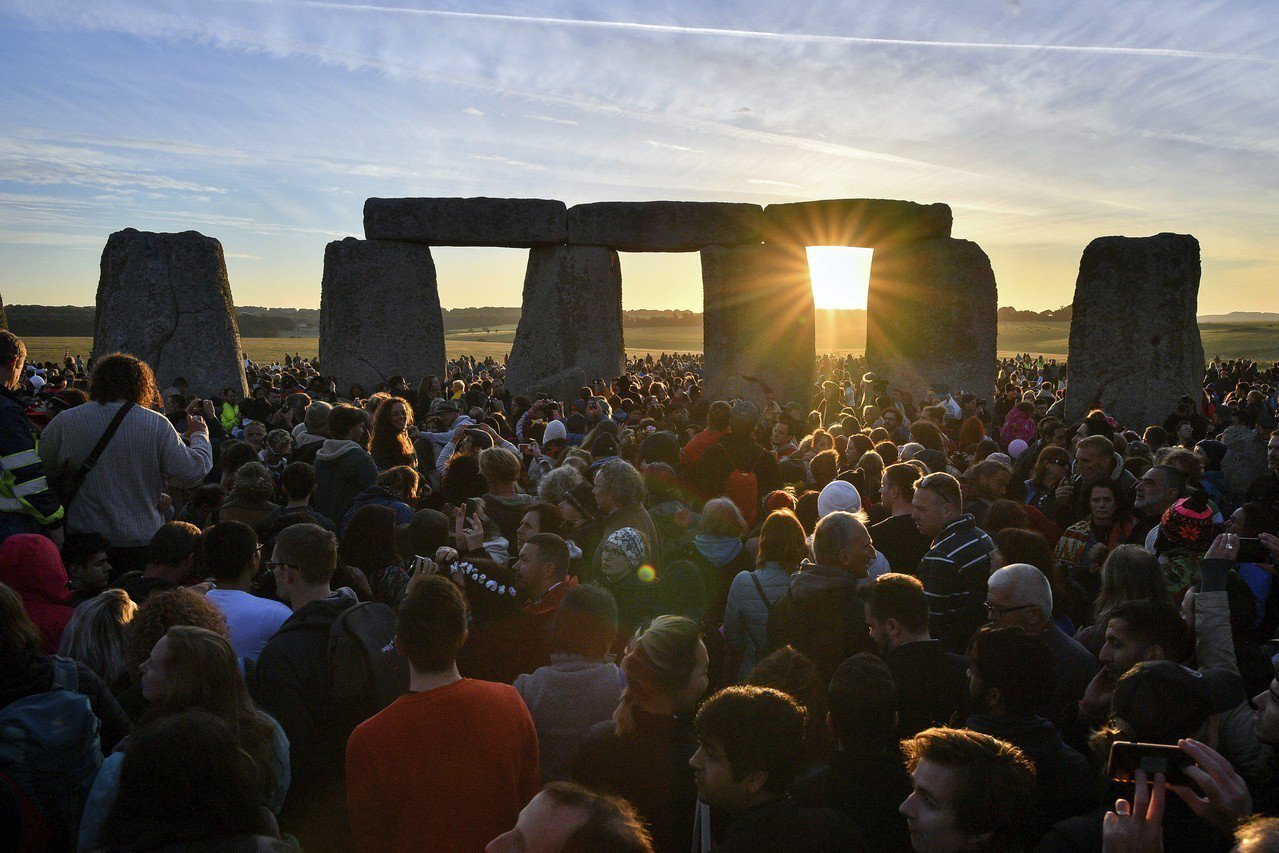 近萬民眾在今年夏至的21日前往英格蘭巨石陣欣賞日出。PA/美聯