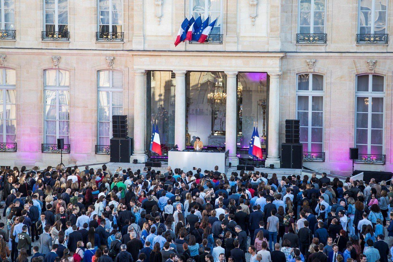 法國總統府艾麗榭宮府前廣場,21日舉辦世界音樂節派對,首次邀請電音DJ演出。路透