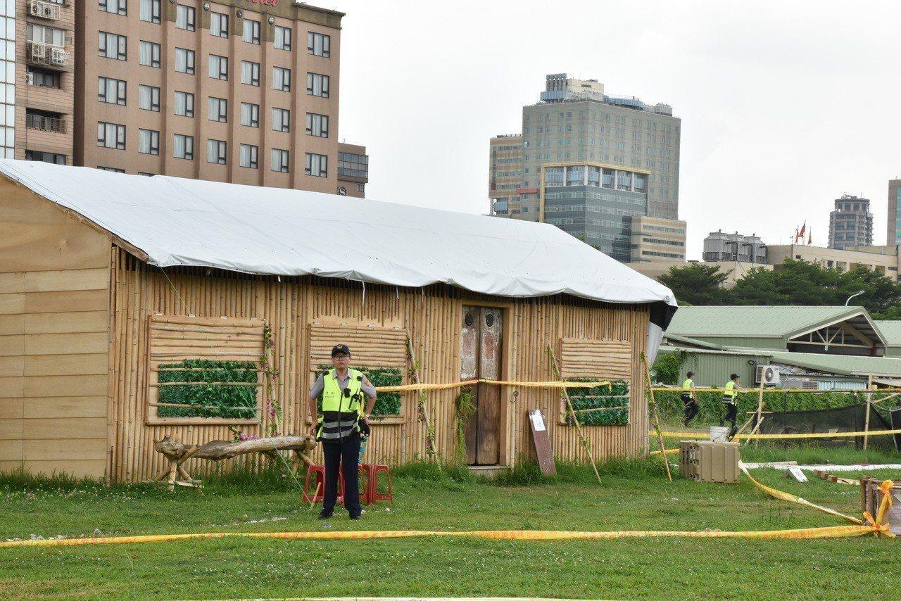 警方全天候在小木屋守候。記者蕭雅娟/攝影