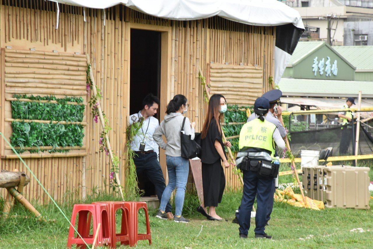 女檢察官(黑衣)今中午前往案發第一現場小木屋勘查、模擬犯罪過程。記者蕭雅娟/攝影