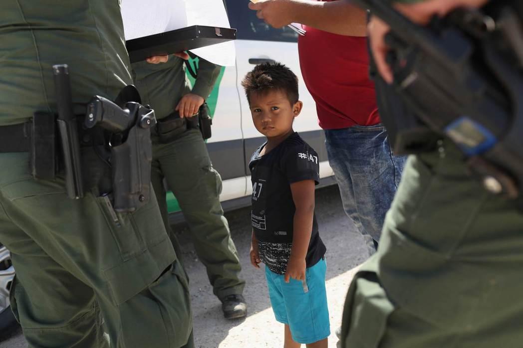 一名宏都拉斯男孩12日跟著無證移民的父親在美國德州麥卡倫市附近,被荷槍實彈的美國...