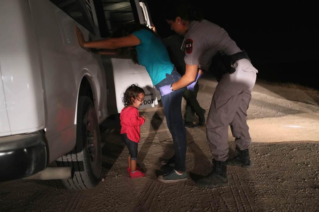 一名企圖尋求美國庇護的宏都拉斯女子12日在德州麥卡倫市被美國邊防警衛隊搜查時,她...