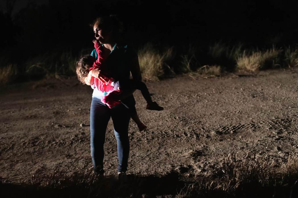 一名宏都拉斯無證移民12日在德州麥卡倫市抱著2歲女兒,即將遭美國邊防警衛隊拘禁。...