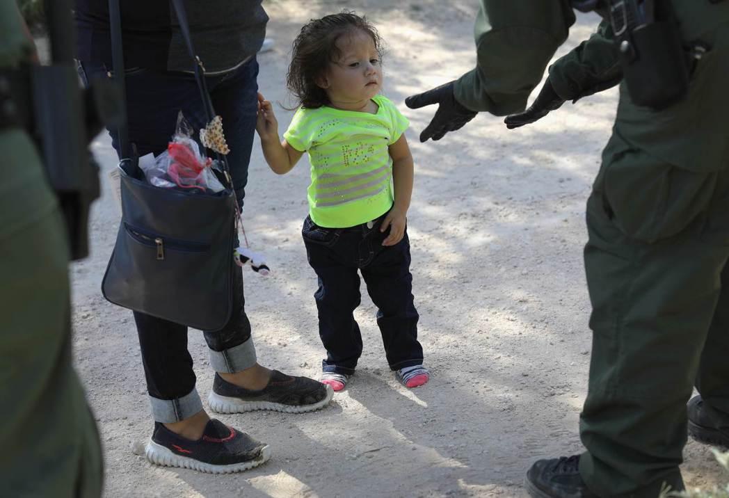 在德州麥卡倫市,美國邊防警衛隊12日帶走一群中美洲無證移民。法新社