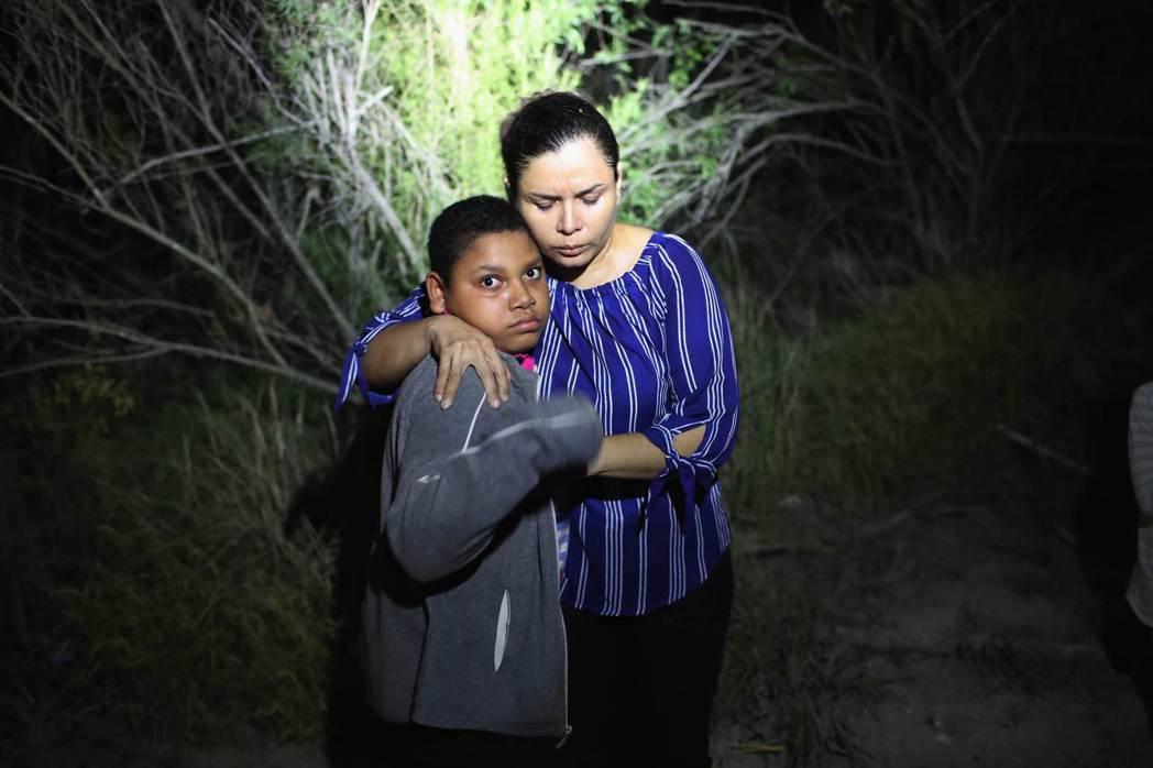 美國邊防警衛隊12日夜間在德州麥卡倫市的美墨邊境附近,發現一名企圖尋求庇護的宏都...
