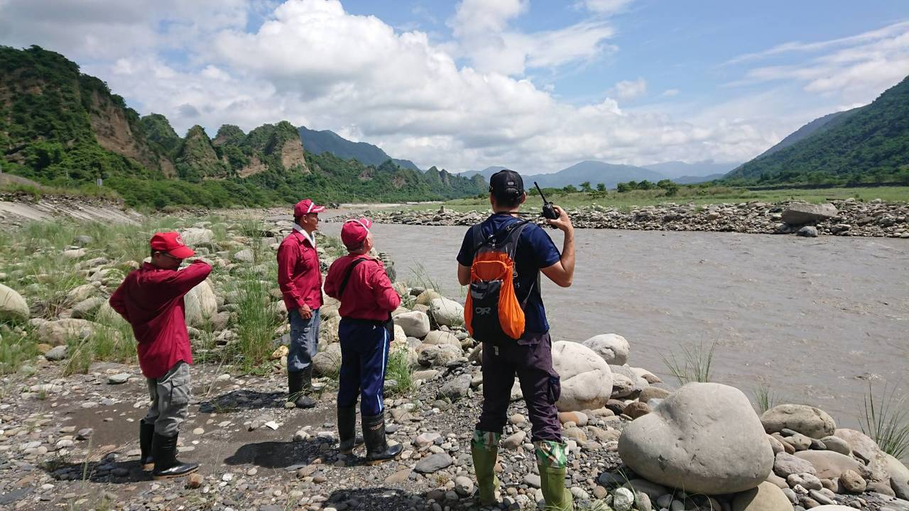 失蹤阿嬤行動不便,趁著天氣放晴,搜救人員沿著荖濃溪往下游找人。記者徐白櫻/翻攝