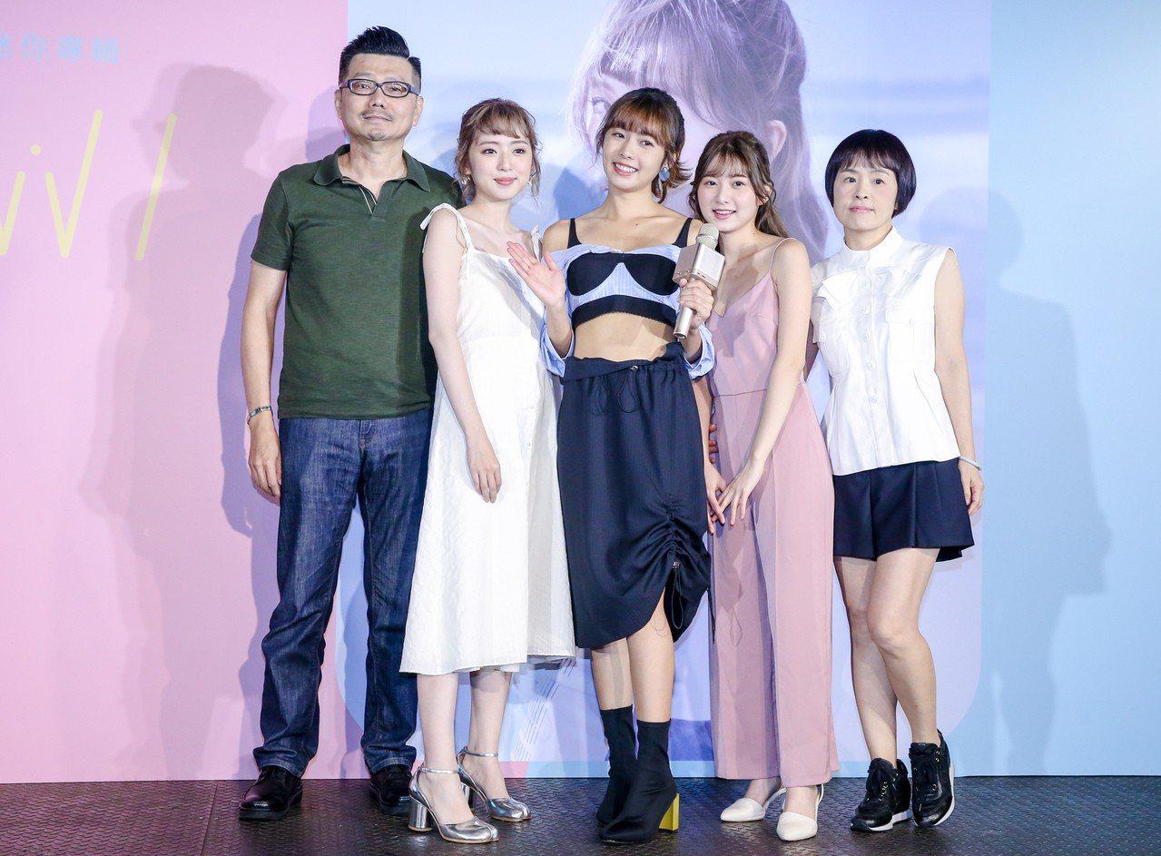 簡廷芮(中)22日舉辦發片記者會,全家人都來相挺。記者鄭清元/攝影