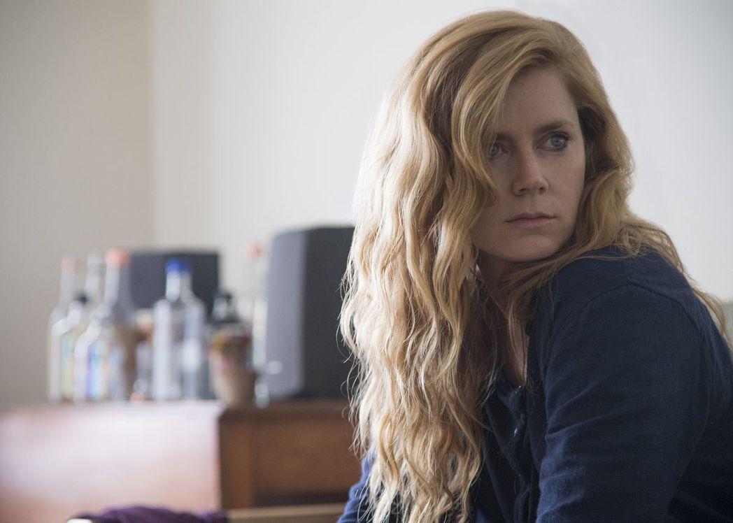 艾美亞當斯在「利器」挑戰高難度的演出。圖/HBO提供