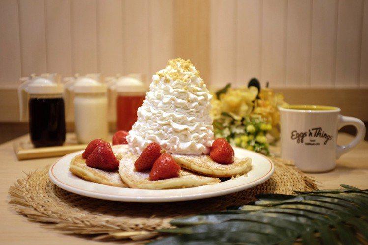 Eggs'n Things招牌必點「草莓鮮奶油火山鬆餅」,售價398元。圖/記者...