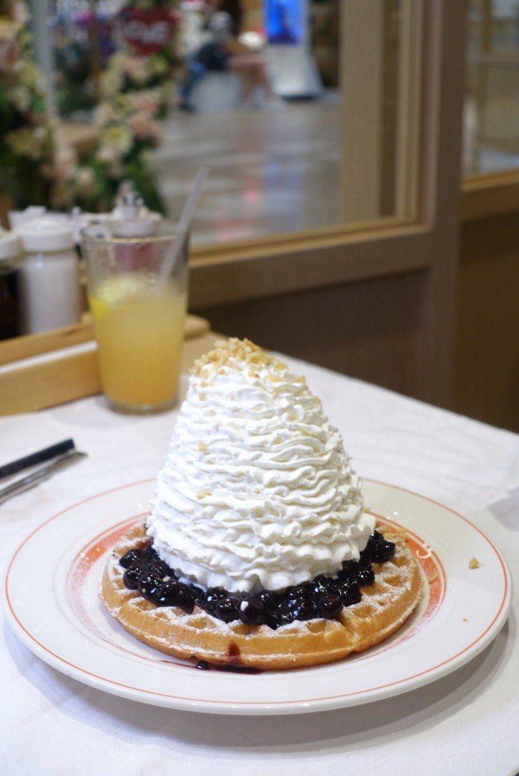 Eggs'n Things 藍莓鮮奶油火山華夫餅,也擠上高聳鮮奶油,售價398元...