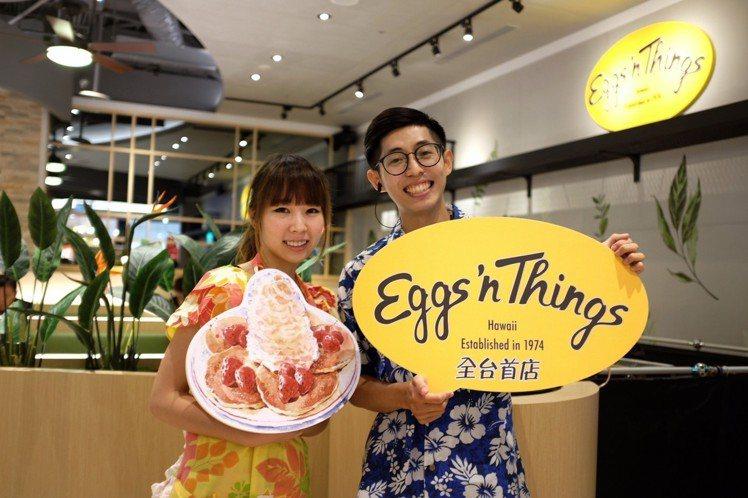 Eggs'n Things 店員穿上扶桑花襯衫迎賓。圖/記者沈佩臻攝影