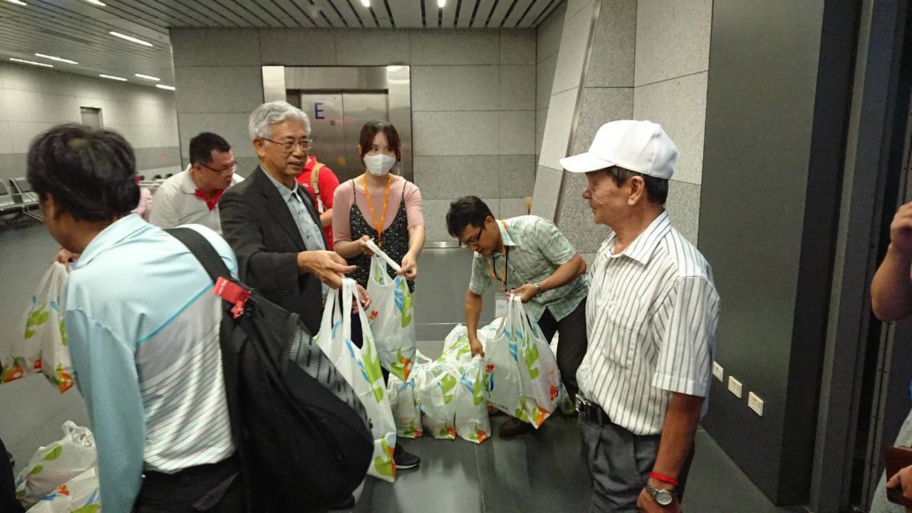 中市觀旅局長陳盛山為了迎接首航的越南旅客,特別在台中國際機場分送在地伴手禮。圖/...
