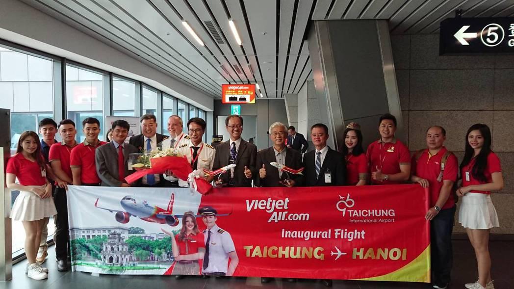 中市觀旅局長陳盛山為迎接首航的越南旅客,特別在台中國際機場分送在地伴手禮。圖/中...