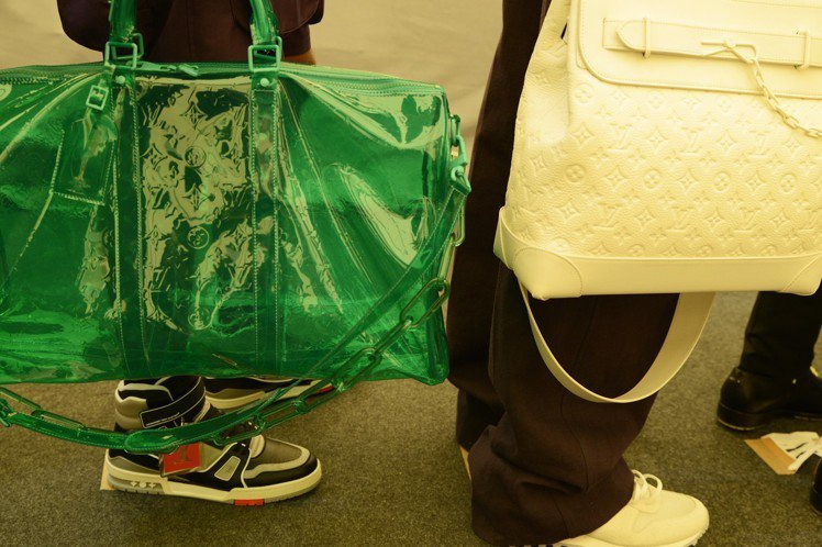 透明螢光與極致雪白的monogram配件和鞋履,都有極佳賣相。圖/LV提供