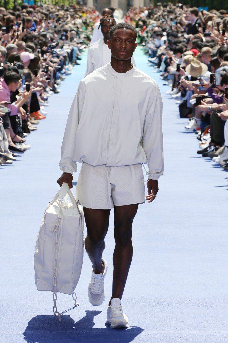 清爽簡單的白色,是2019春夏男裝開場帶來鮮明的視覺。圖/LV提供