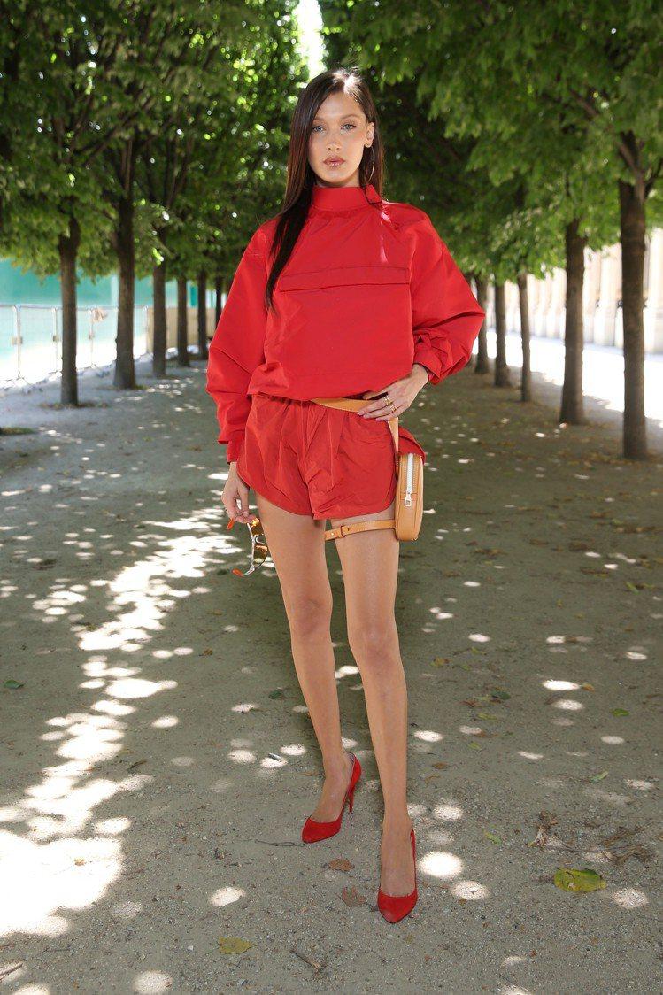 貝拉哈蒂德以相當時髦的小包款出席路易威登男裝秀。圖/LV提供