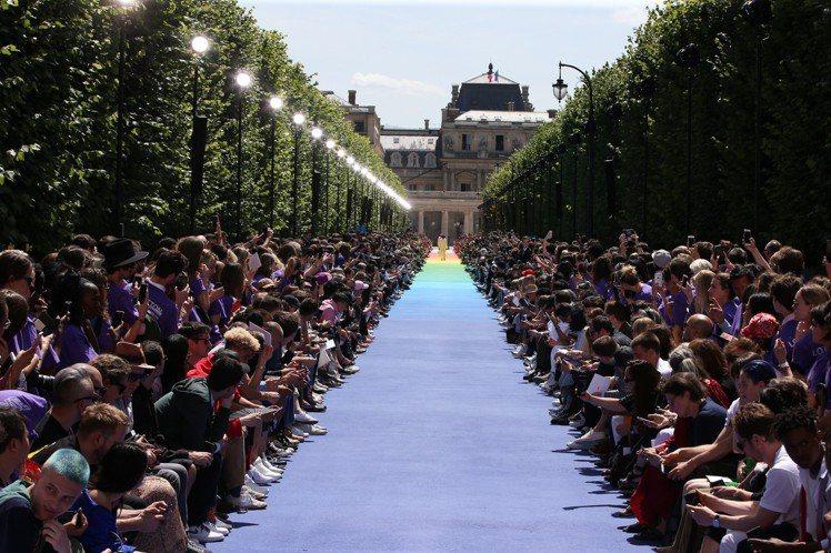 在巴黎皇家宮殿花園舉辦的春夏男裝大秀,有著氣勢磅礡的伸展台。圖/LV提供