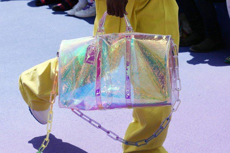 這一只虹光PVC包款,一出現就在社群帶來高度討論。圖/LV提供