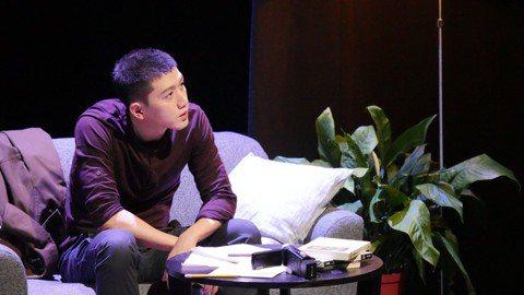 莫子儀去年11月將10多年失眠夜與自己的對話,集結成文字推出新書「失眠的人」,並與曾獲金曲獎的音樂才子黃裕翔合作,將此本創作集以音樂劇形式演出,打造成「失眠的人 莫子儀X黃裕翔的音樂劇場」新型態音樂...