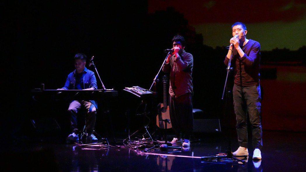 莫子儀(右起)的文字創作朗誦,結合音樂總監日京江羽人和黃裕翔的音樂創作,編曲描繪...