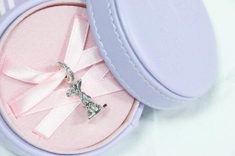 香港迪士尼樂園獨家販售的 PANDORA StellaLou 兔子串飾。圖/記者...