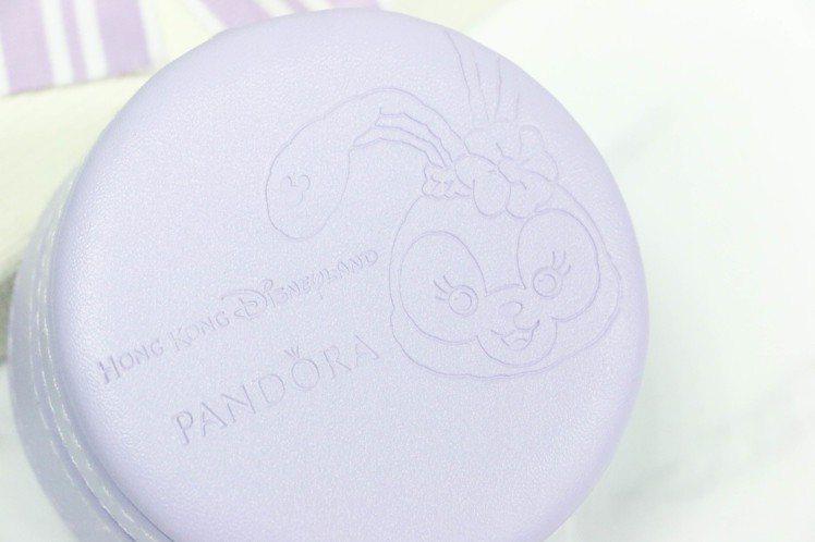 香港迪士尼樂園獨家販售的 PANDORA StellaLou 兔子串飾限定包裝為...