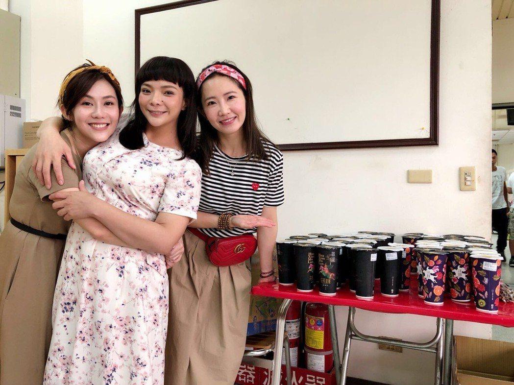 王宇婕(左起)、小甜甜、謝忻姊妹淘感情好。圖/民視提供