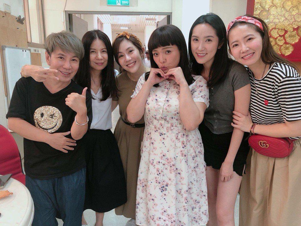 小甜甜拍8點檔「大時代」,王宇婕、謝忻好姐妹們探班,還帶了一堆好料。圖/民視提供