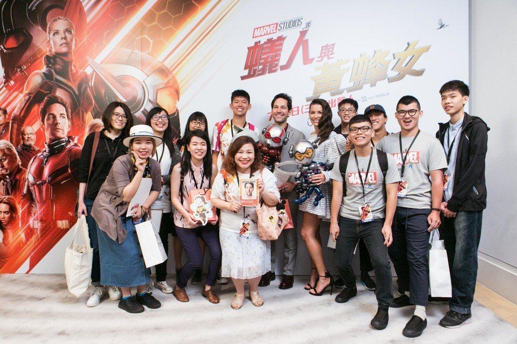 台灣漫威忠實粉絲和保羅洛德、伊凡潔琳莉莉合影。圖/迪士尼提供