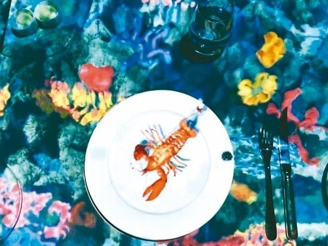 小廚師正在跟從海中撈上來的龍蝦搏鬥。 圖/台北晶華酒店提供