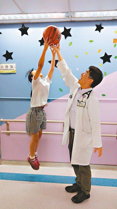 醫師陳敏恭(右)建議父母,可利用暑假,讓孩子落實睡得早、睡得好、睡得久,以及大量...