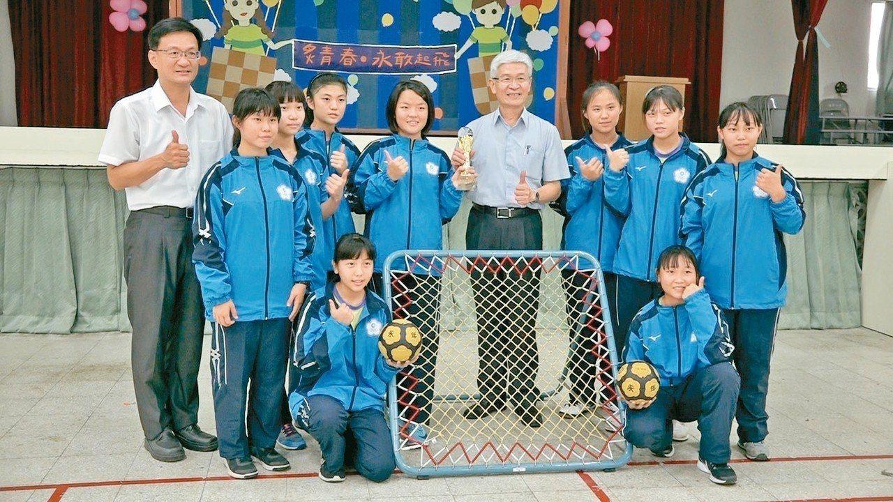 永年中學巧固球隊雖是國中生,但參加東亞盃國際大賽的社會組,力克強敵拿下冠軍,為台...