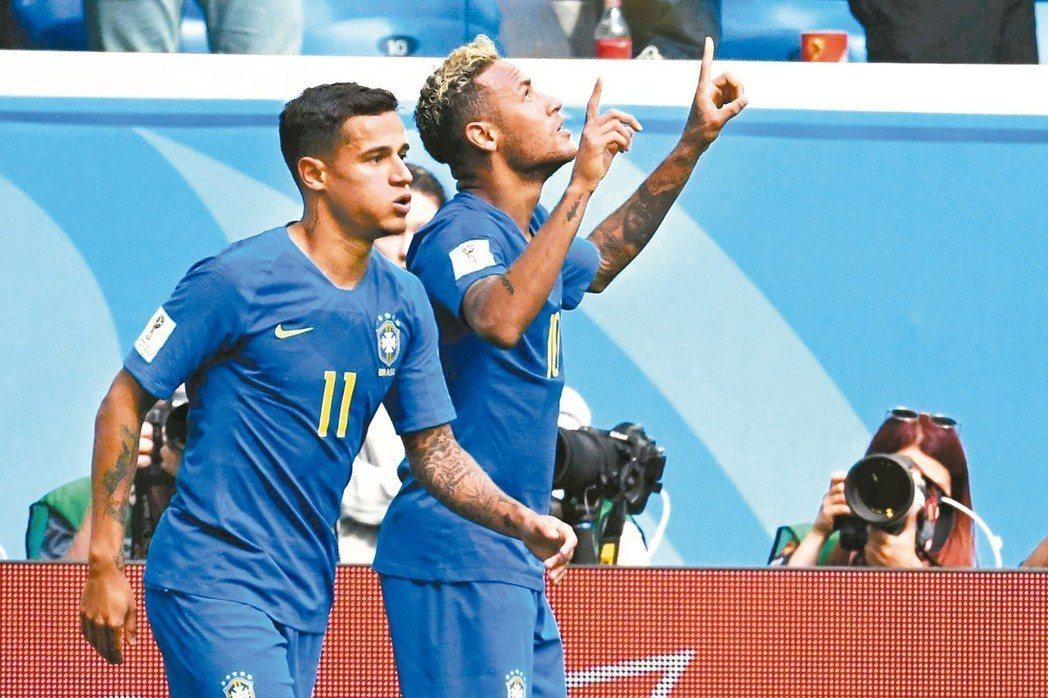 巴西庫蒂尼奧(左)與內馬爾在傷停補時分別進球,扮演贏球功臣。 (法新社)