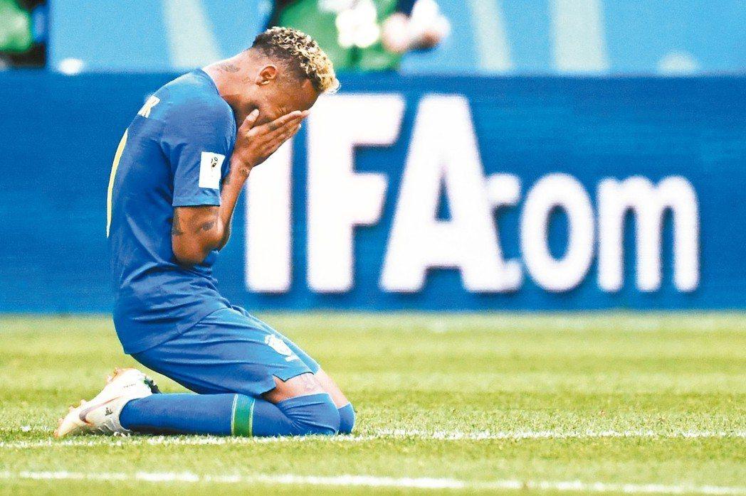 巴西贏球,內馬爾激動地掩面痛哭。 (法新社)