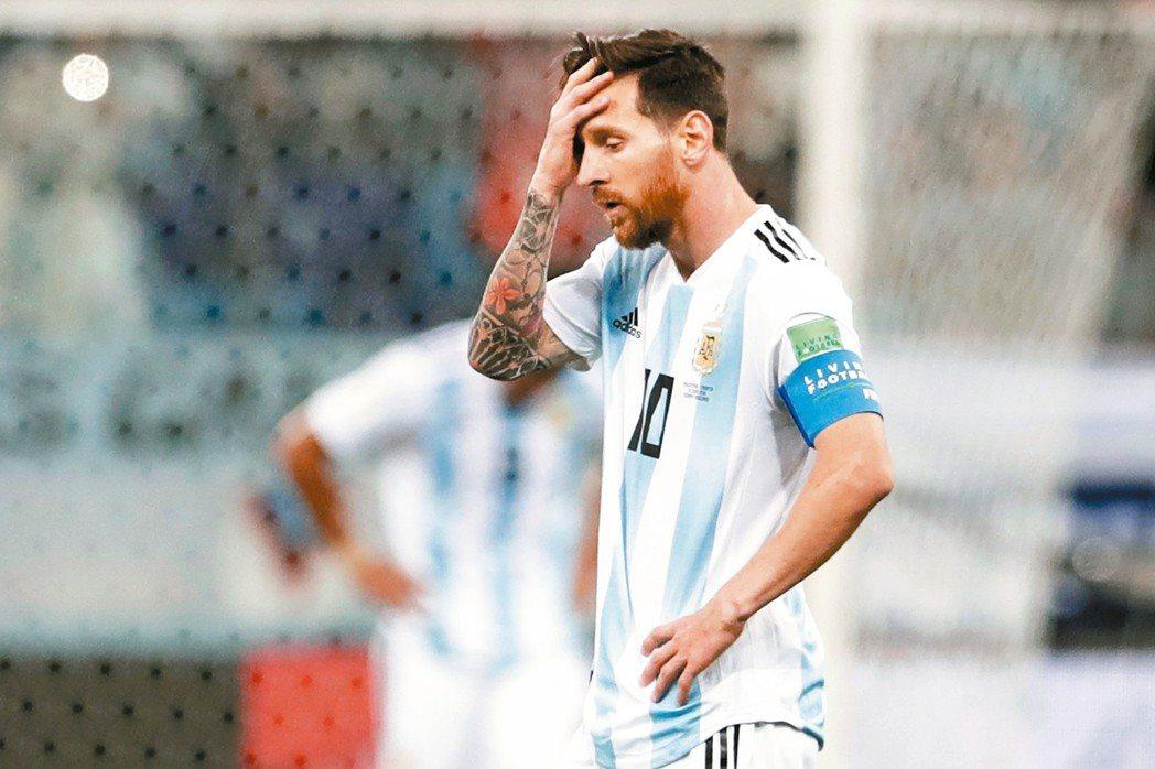 阿根廷明星球員梅西因球隊落敗,啞口無言。 (美聯社)