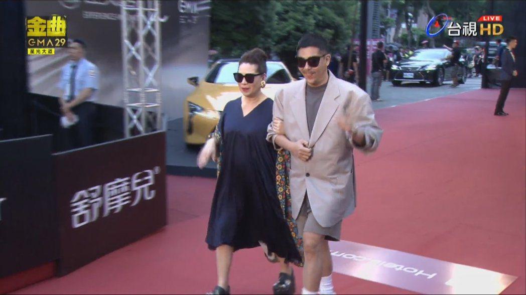MV導演比爾賈(左)帶著媽媽出席金曲獎星光大道。 圖/擷自Youtube