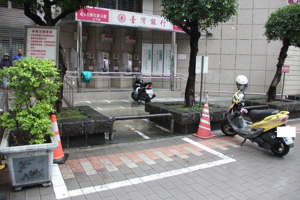 民眾到桃園市桃園火車站前的台灣銀行辦事,將車停在白色框格內,結果遭公部門舉發拖吊...