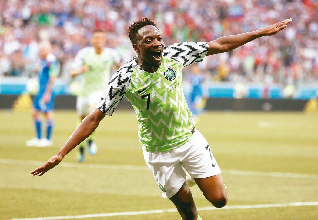 奈及利亞穆沙對冰島獨進兩球,開心做出「非洲雄鷹」展翅飛翔的招牌動作 。 美聯社