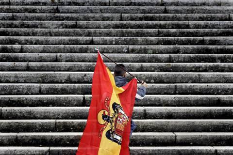 獨裁者佛朗哥的遺體,會遷出烈士谷嗎?圖為佛朗哥政權的黑鷹旗。 圖/美聯社