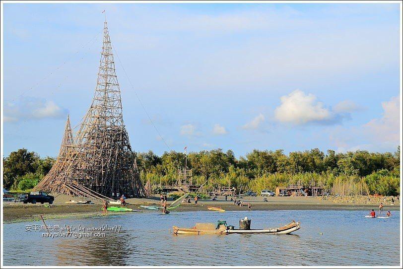 ↑落日塔位於月牙灣北側,是整個海灘的地標。