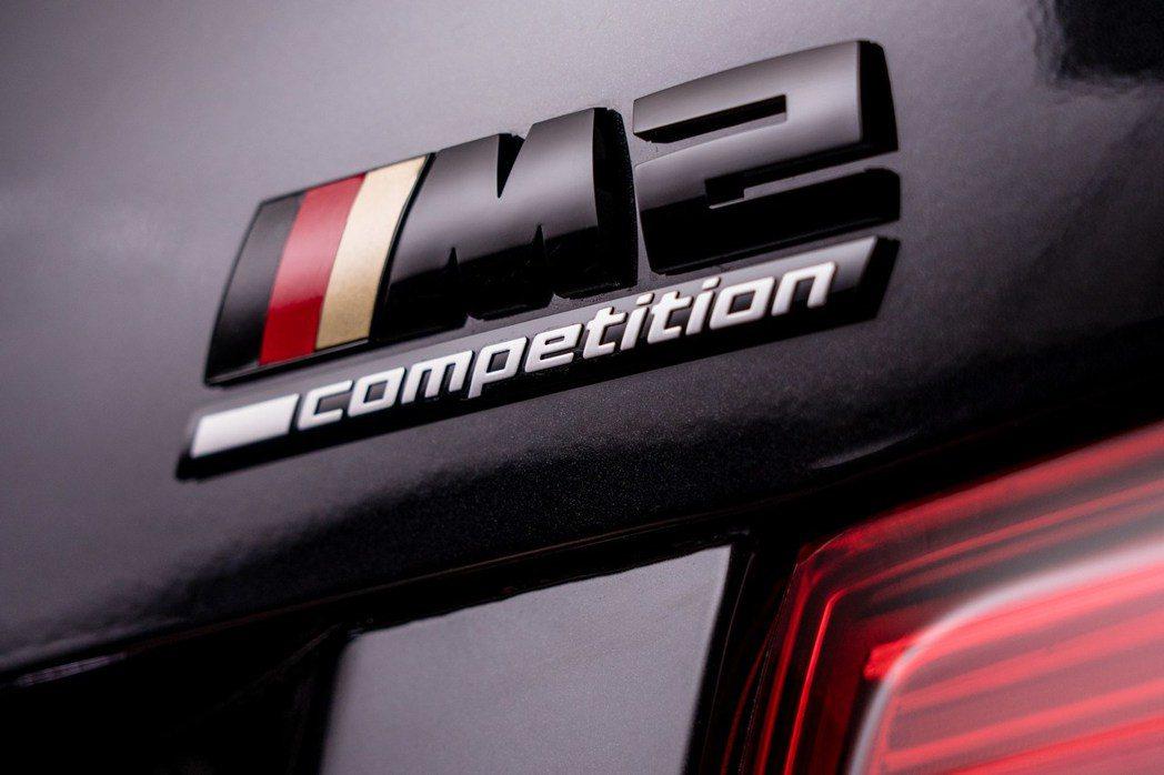 M Power的標誌也換上了德國國旗的配色。 摘自BMW