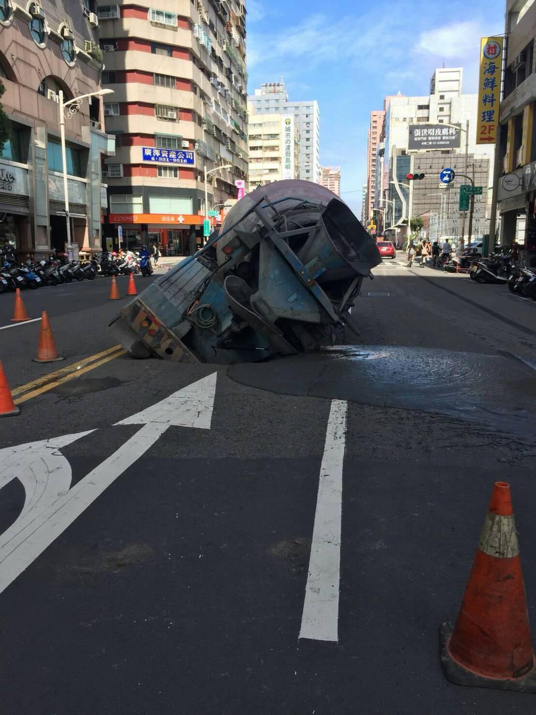 高市前鎮區一心二路上靠近文橫三路交叉口,今下午近3點,一輛水泥預拌車在路口停等紅...