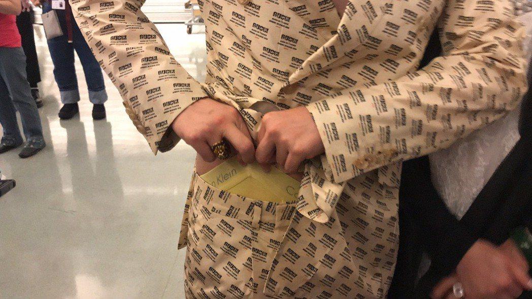 許富凱在紅毯後台大方拉開內褲頭與媒體分享。記者梅衍儂/攝影