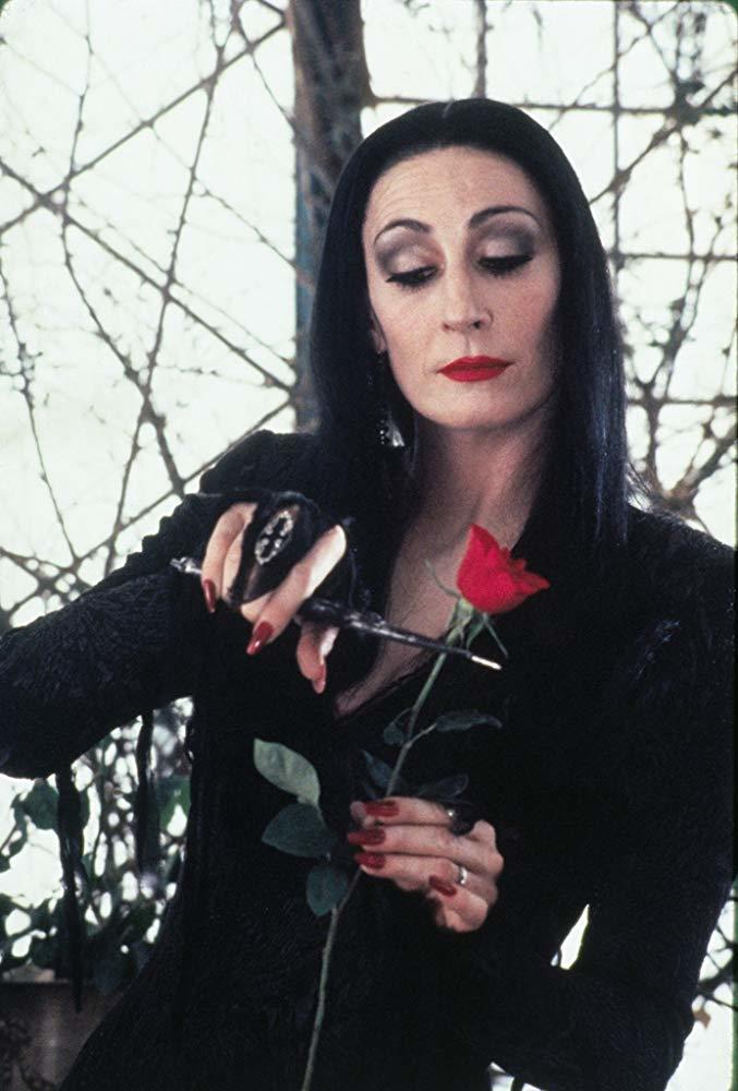 「阿達一族」裡的媽媽魔帝女,長髮黑衣的扮相極為經典。圖/摘自imdb